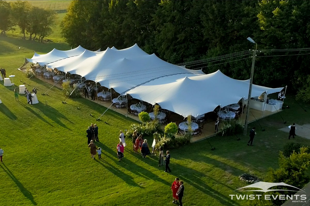 Assemblage-tentes-MARIAGE-Twist-Events-Location-tentes-de-réception-stretch-et-mobilier-événementiel-Genvève-Vaud-Suisse-Romande-9-min