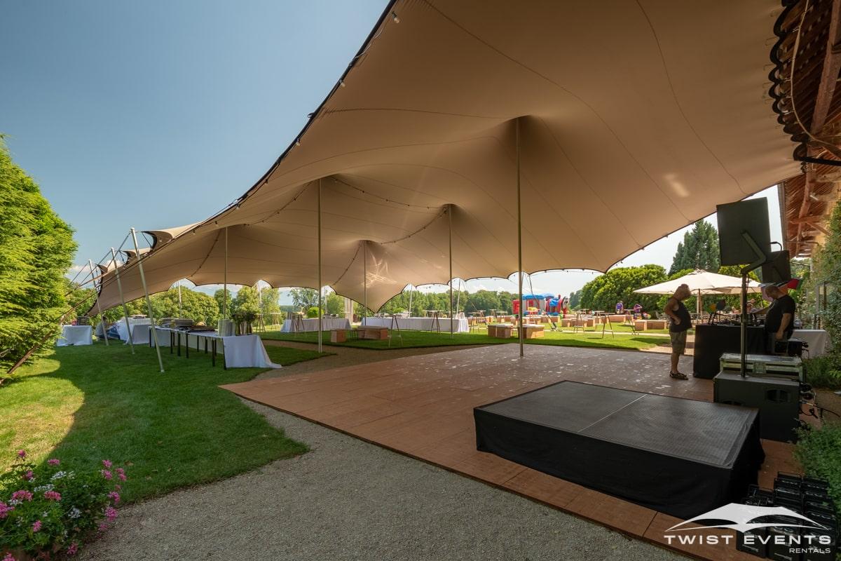Location-tente-de-reception-stretch-314m2-avec-mobilier-et-plancher-pour-garden-party-en-Suisse-14-min